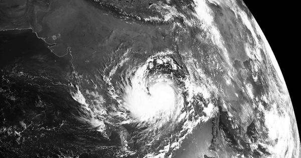 [Photo] Cyclone Hudhud now covers much of the Bay of Bengal