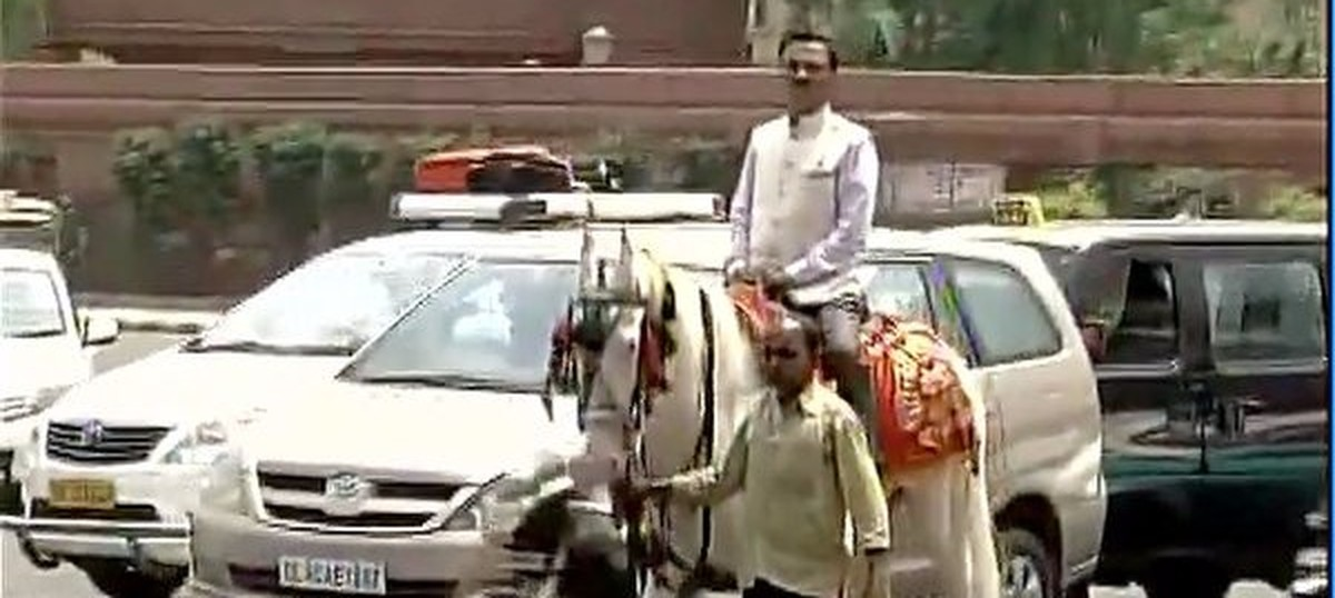 Video: BJP MP rides a horse to Parliament to protest against odd-even scheme