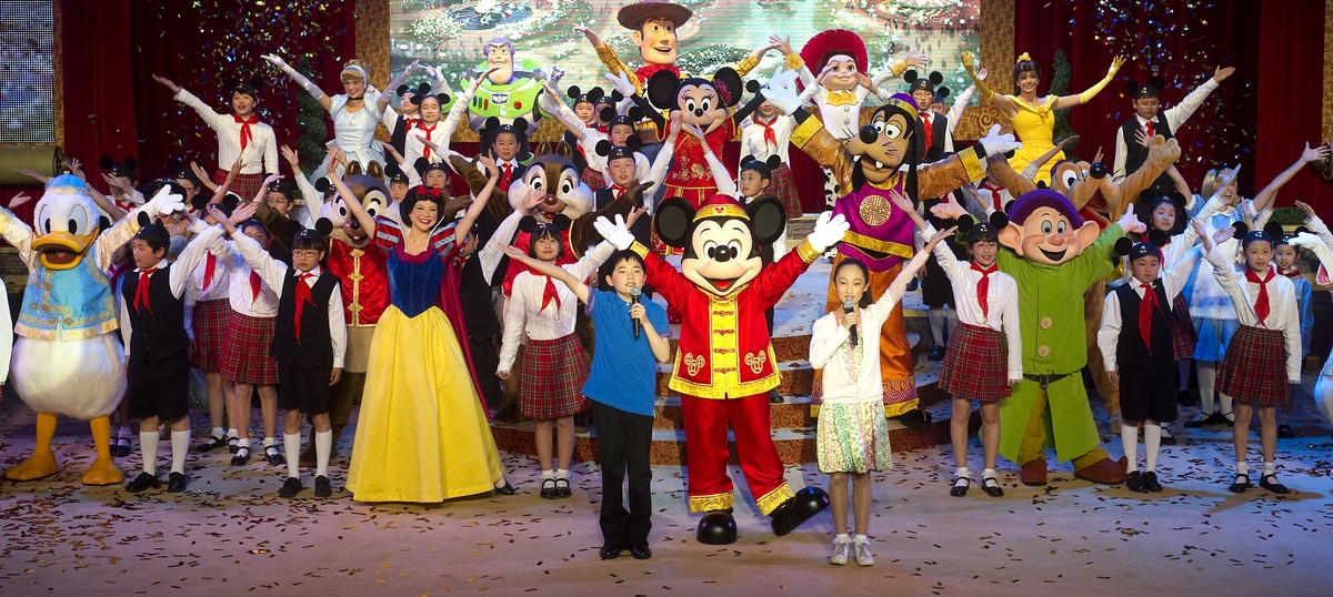 Photos: Shanghai Disneyland opens with the support of 1,000 communist party members