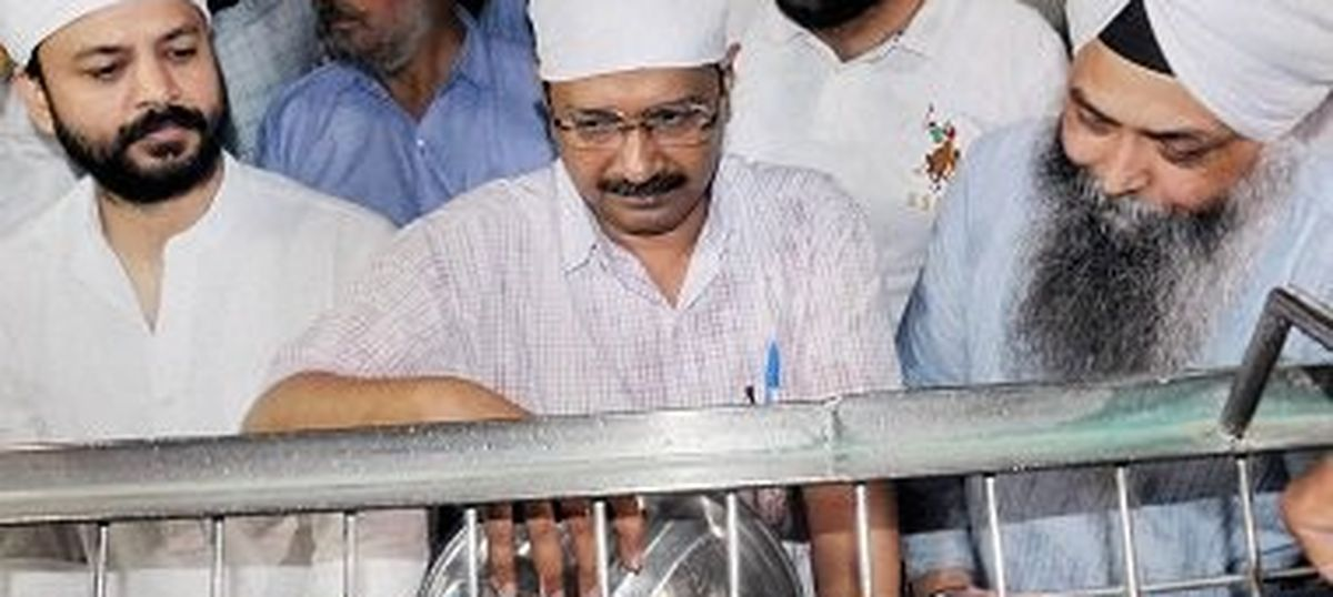 Arvind Kejriwal washes dishes at Golden Temple to atone for party's manifesto gaffe
