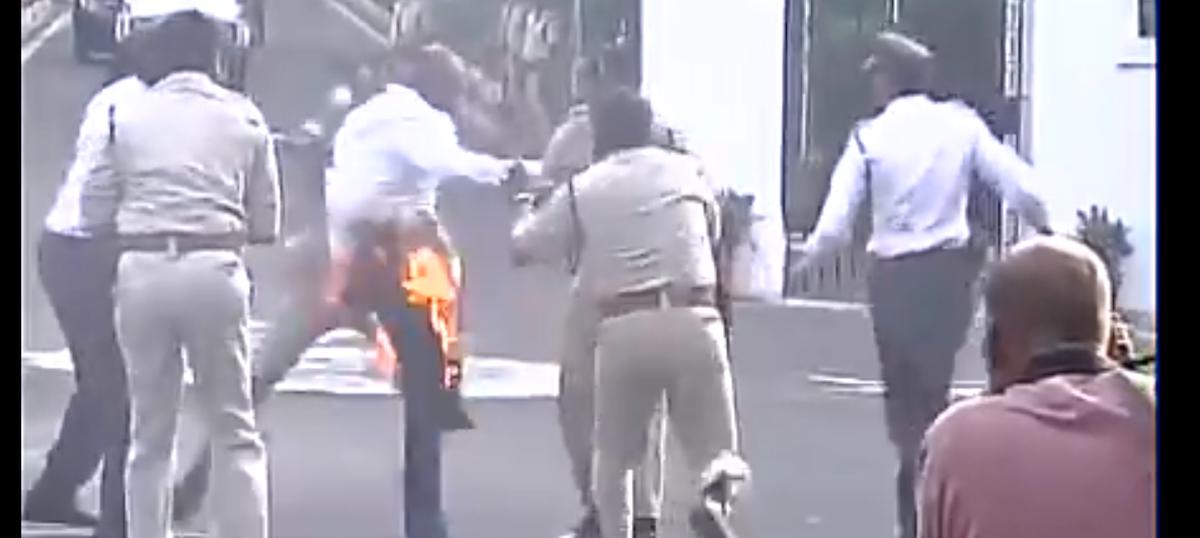 Watch: Vyapam protestor sets himself on fire before MP Governor Ram Naresh Yadav's convoy