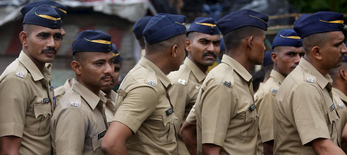 Why are so many civilians in Mumbai attacking the police?
