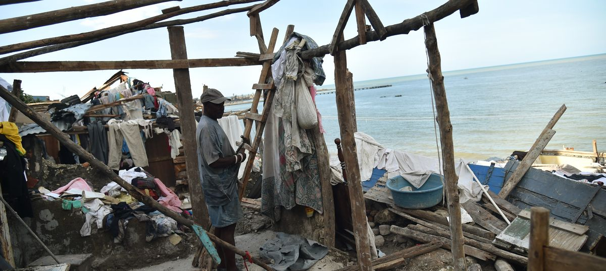 Hurricane Matthew: Toll nears 900 in Haiti and four dead in the US