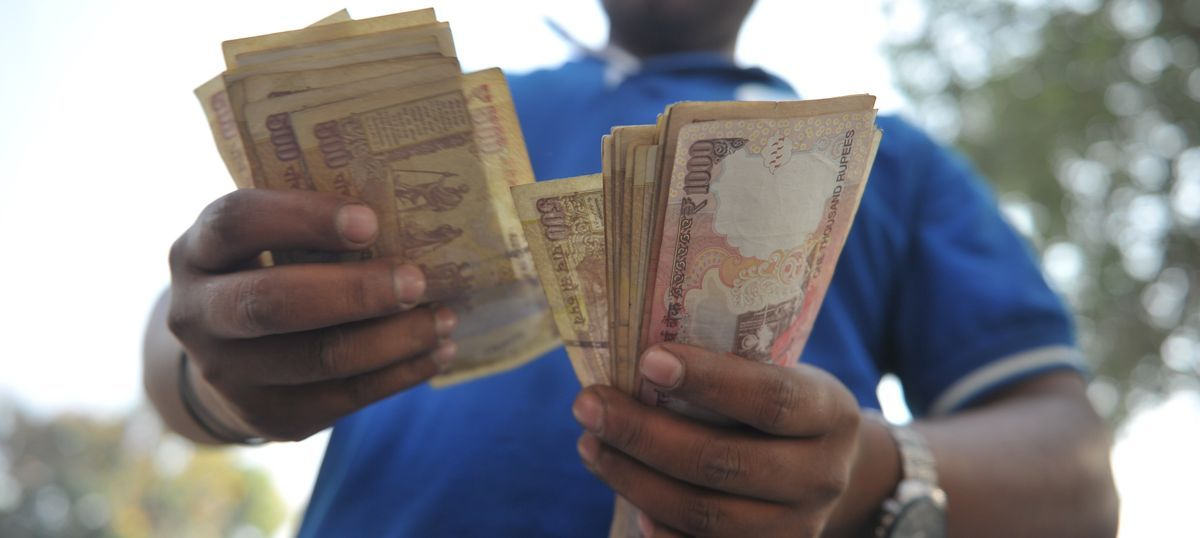 RBI claims there is enough cash to deal with payday rush, but banks say they are out of money