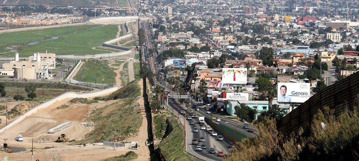 United States awards contracts to build prototypes of wall along Mexico border