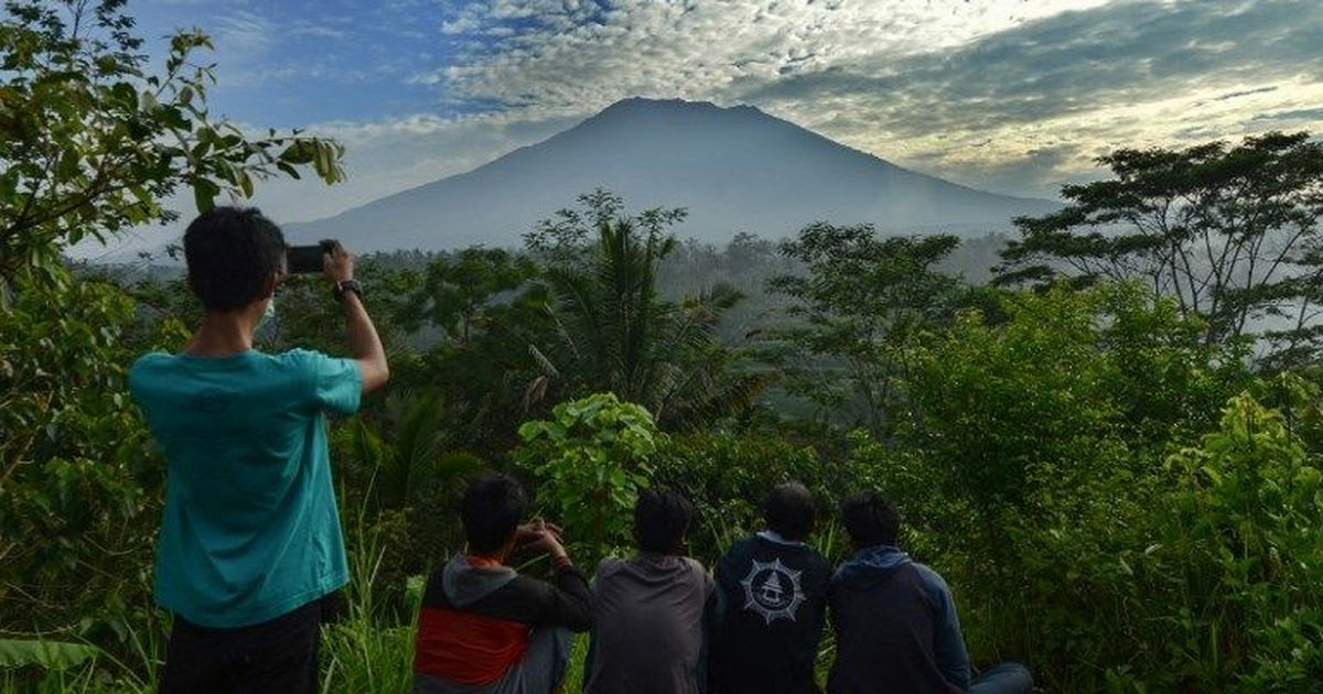 'Matter of hours' before Bali volcano erupts, says Indonesian government