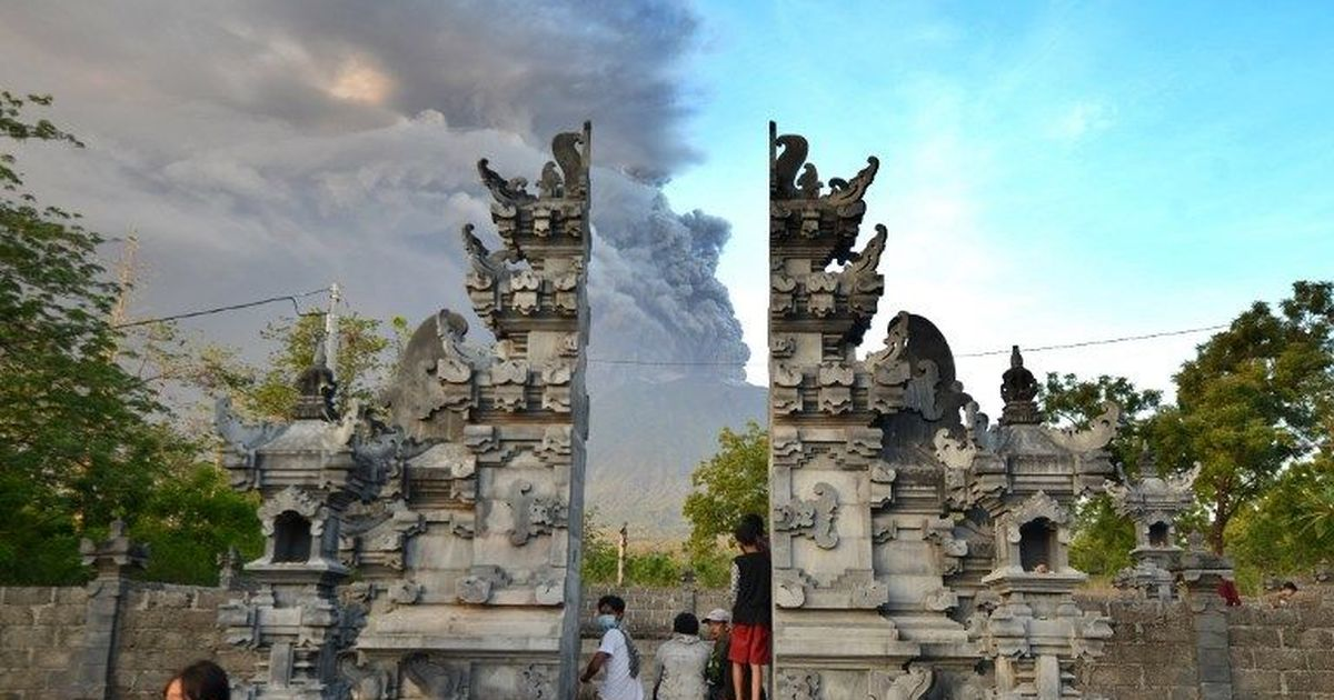 Bali volcano: Alert raised to highest level after 'explosive eruptions' are heard from Mount Agung