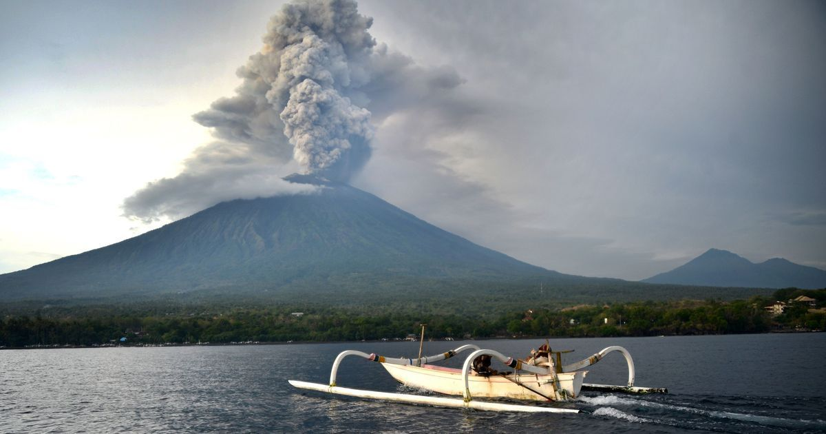 Mount Agung volcano: Indonesia reopens Bali airport