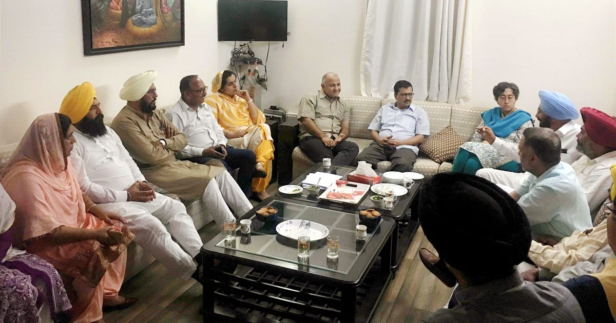 Arvind Kejriwal meets AAP's Punjab lawmakers to  explain his apology to Shiromani Akali Dal leader