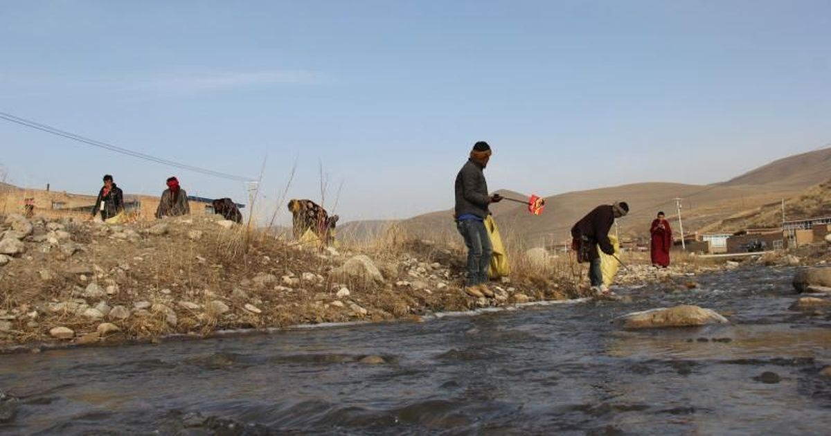 A litter-collecting monk is on a mission to protect the Tibetan plateau