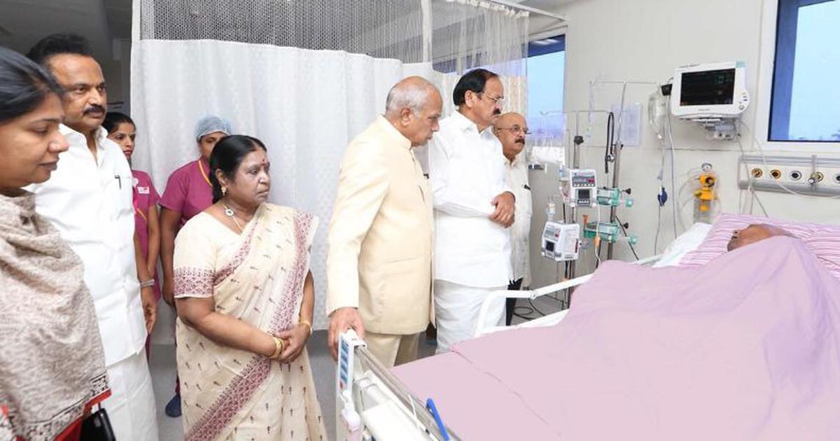 Tamil Nadu: Venkaiah Naidu visits ailing Karunanidhi, party releases first photo from hospital