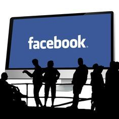 Facebook alerts 14 million users about privacy settings 'bug'